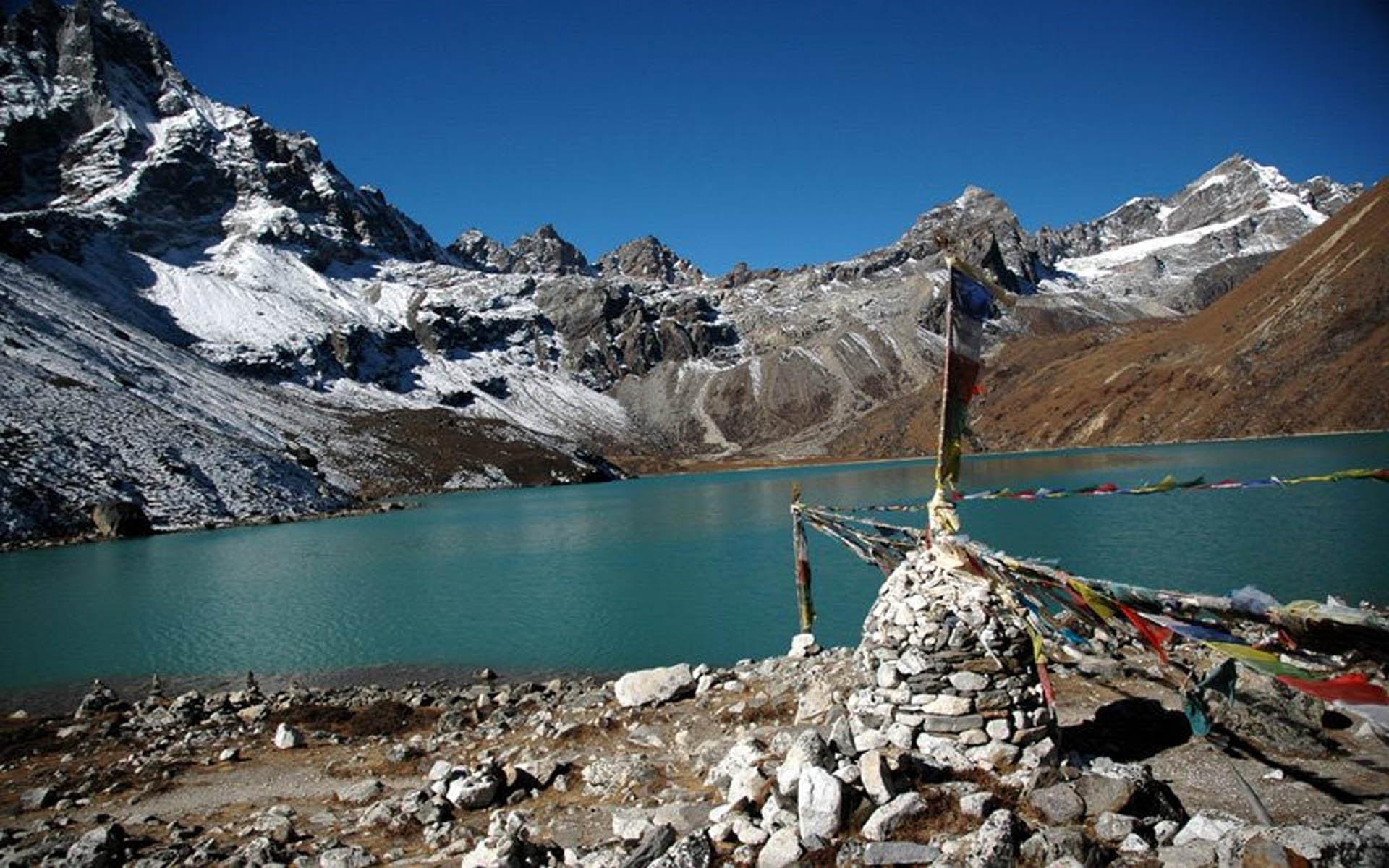 Trekking in Nepal (1920 x 1200)