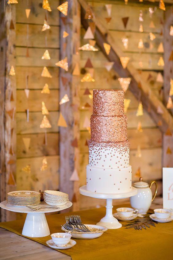 eine Kupfer-Hochzeitstorte mit zwei weißen Schichten