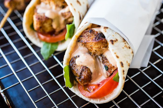 Grilled Lemon Chicken Flatbread Wraps | thecozyapron.com