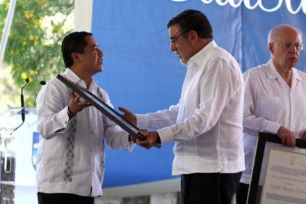 Julio Scherer Ibarra recibe el reconocimiento para su padre en Oaxaca. Foto: Jesús Cruz