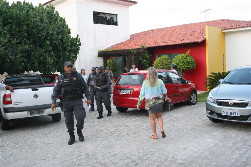 Bandidos levaram objetos pessoais dos funcionários e equipamentos da agência