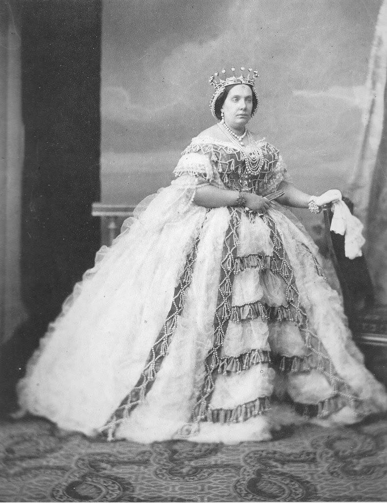 Isabel II portando su corona, obra del diamantista José Navarro. Fotografía de Charles Clifford