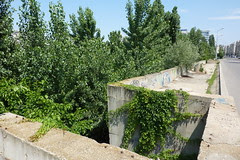 Zidul de sud al fostului şantier, văzut de pe Bulevardul Mărăşeşti