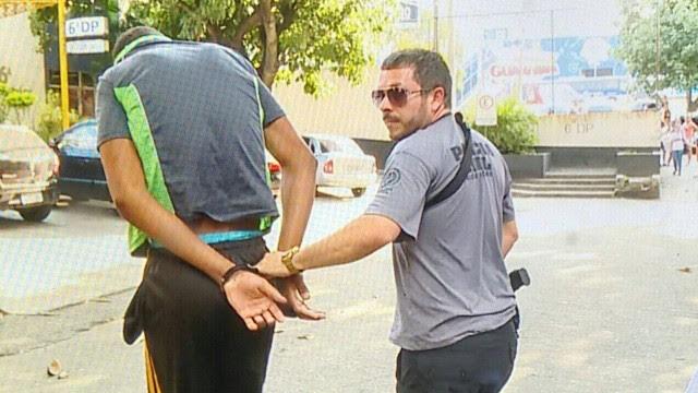 Momento em que o menor acusado de matar professor da Uerj chega na 6ª DP Cidade Nova)