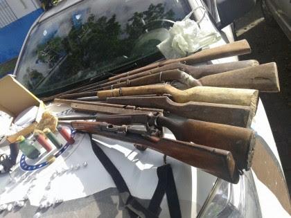 Diversas armas foram apreendidas em operação (Foto: Ubatã Notícias)