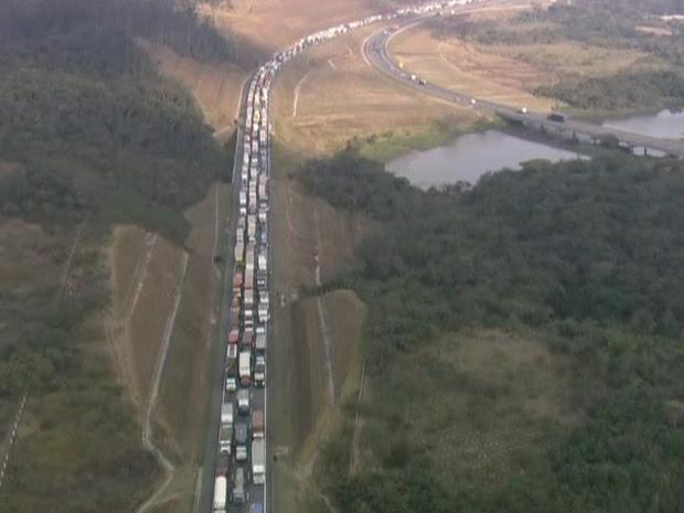 Acidente causava 14 km de de congestionamento no Rodoanel nesta tarde (Foto: Reprodução/ TV Globo)