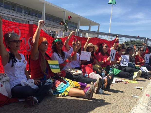 Mulheres se acorrentam em grades de contenção em frente ao Palácio do Planalto, em Brasília, após a presidente afastada Dilma Rousseff deixar o local (Foto: Gabriel Luiz/G1)