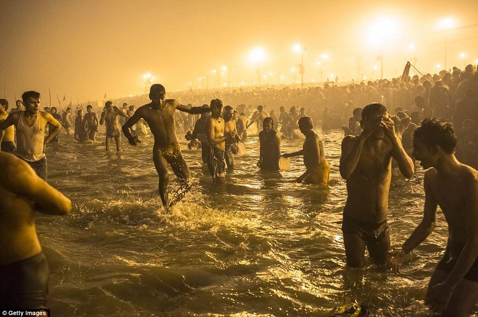 Dikhususkan: Umat Hindu mandi di perairan suci sungai Gangga dan Beberapa diharapkan untuk mengambil bagian dalam festival selama 55 hari
