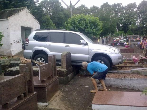 Caminhonete invadiu cemitério em Ibirubá (Foto: Andrei Grave/arquivo pessoal)