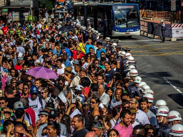 Professores em greve fazem passeata na Avenida Paulista, em São Paulo. Eles reivindicam reajuste salarial e fazem assembléia para definir os rumos da categoria (Foto: Cris Faga/Fox Press Photo/Estadão Conteúdo)
