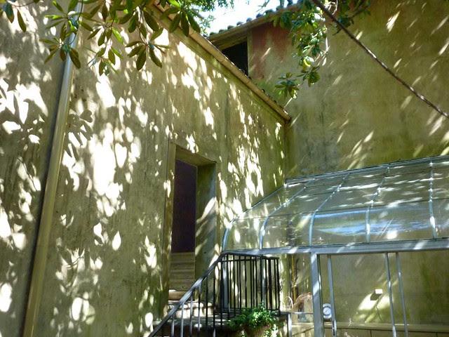 P1040459-2010-10-10-Pink-Castle-Kitchen-Courtyard
