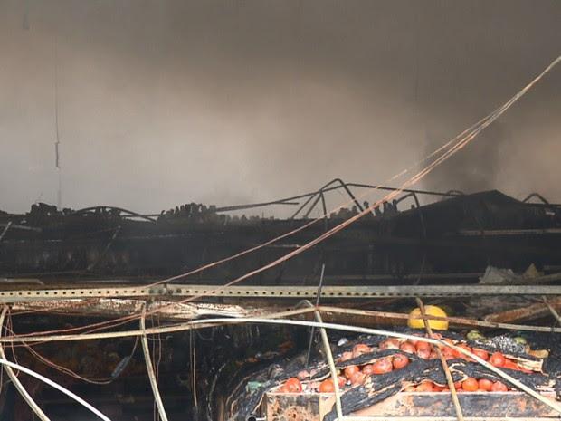 Suspeita é de que o fogo tenha começado com um curto circuito.  (Foto: RPC TV Maringá/Reprodução)