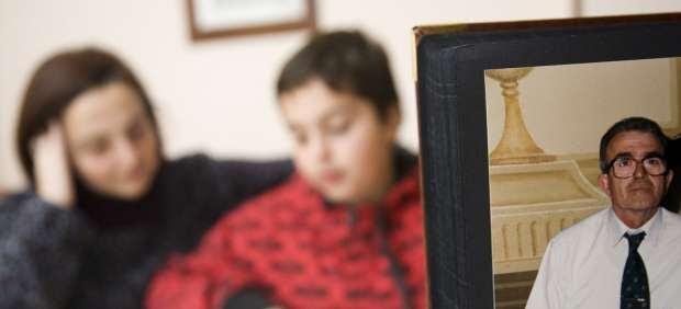Mónica Segura, su hijo Albert y una foto del abuelo materno.