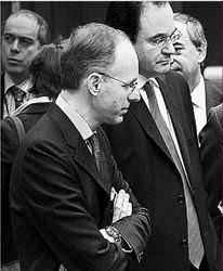 Ο Γιώργος Παπακωνσταντίνου, εν µέσω του  υπουργού Οικονοµικών του Λουξεµβούργου Λικ  Φρίντεν (αριστερά) και του ιταλού οµολόγου  του Τζούλιο Τρεµόντι, φαίνεται να ακούει πολύ  προσεκτικά (όπως και οι άλλοι δύο) τα όσα λέει  ο γερµανός «τσάρος» Βόλφγκανγκ Σόιµπλε  (φωτογραφία αρχείου)