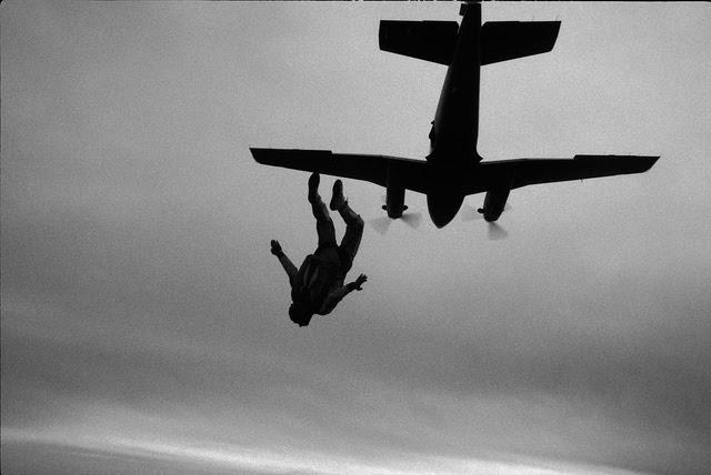 avion parachute credits philip leara (licence creative commons)