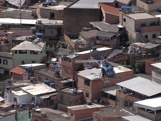 Helicóptero da PM sobrevoa o Aglomerado da Serra neste sábado (30) (Foto: Reprodução/TV Globo)