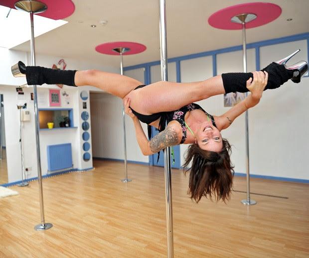 Emma Nicholson largou a escola primária e hoje brilha como competidora profissional de pole dance (Foto: Caters)