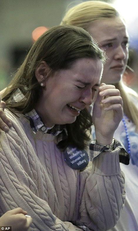 estudantes e simpatizantes de Hillary Clinton, Ellie Chalphin de Filadélfia, à esquerda, e Lena Engbretson de Beaverton, Oregon Wellesley College, direita, são lágrimas enquanto assistia retornos eleitorais na televisão durante uma festa relógio no campus da Universidade de Wellesley