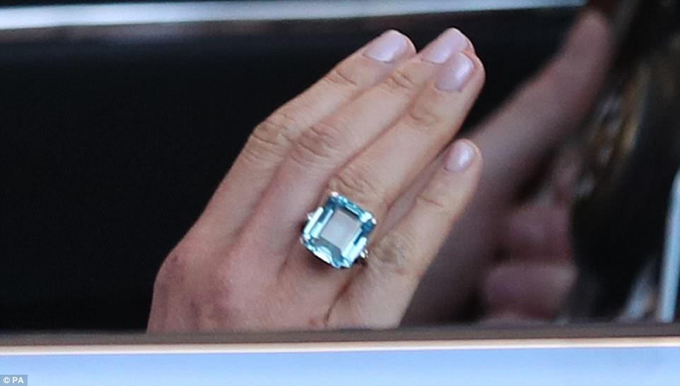 Un primer plano del anillo de aguamarina talla esmeralda que Meghan Markle lució esta noche y que una vez perteneció a la princesa Diana