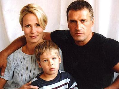 Александр Дедюшко (20 мая 1962 - 3 ноября 2007) Российский актер театра и кино трагически погиб в автокатастрофе вместе с семьей - женой Светланой и сыном Димой, - в Петушинском районе Владимирской области.