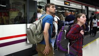 Usuaris de Renfe consultant les pantalles abans d'agafar un tren a Sants (ACN)