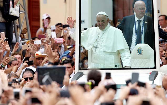 Papa Francisco acena para fiéis durante passagem pela cidade de Cartagena, na Colômbia, neste domingo