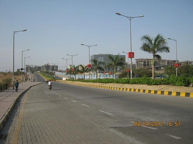 Tar Road, Street Lights, Divider, Plantation & Pavement! - Visit Gera's Park View1, 1 BHK & 2 BHK Flats at Gera's Emerald City, near EON IT Park, Kharadi, Pune 411014