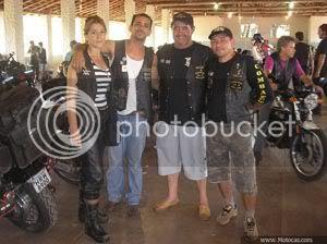 foto casal que percorreu aproximadamente mil quilometros de Campo Grande, MS até Itaí, SP em cima de uma moto