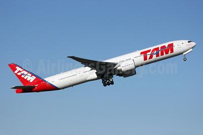 TAM Brasil (TAM Linhas Aereas) Boeing 777-32W ER PT-MUF (msn 38887) PAE (Nick Dean). Image: 909305.