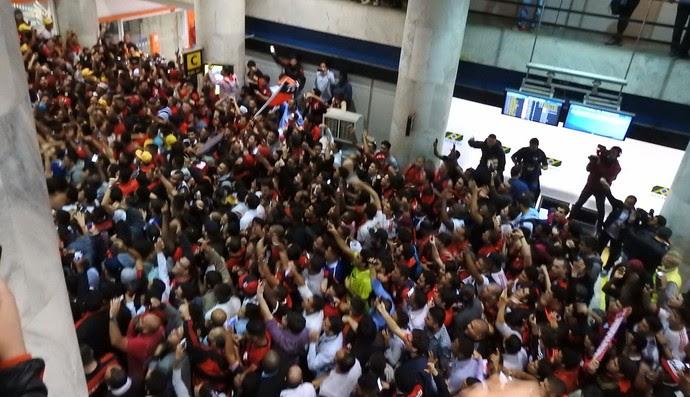 Multidão rubro-negra no aeroporto Flamengo Diego (Foto: Fred Gomes)