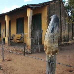 Casa fica fechada em Pão de Açúcar (AL), após moradores abandonarem zona rural por água