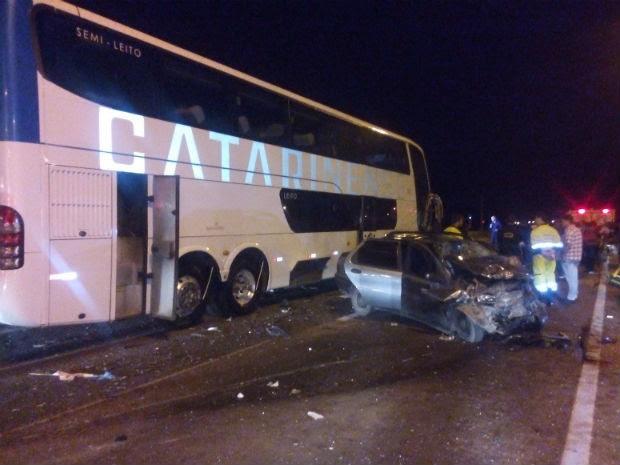 Acidente envolveu um ônibus e um carro na manhã desta sexta-feira  (Foto: Divulgação / PRF )