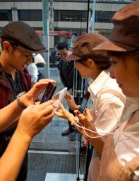 スマートフォンに配信された電子クーポンと商品を店頭で引き換える(9月、あんパンの銀座木村家)