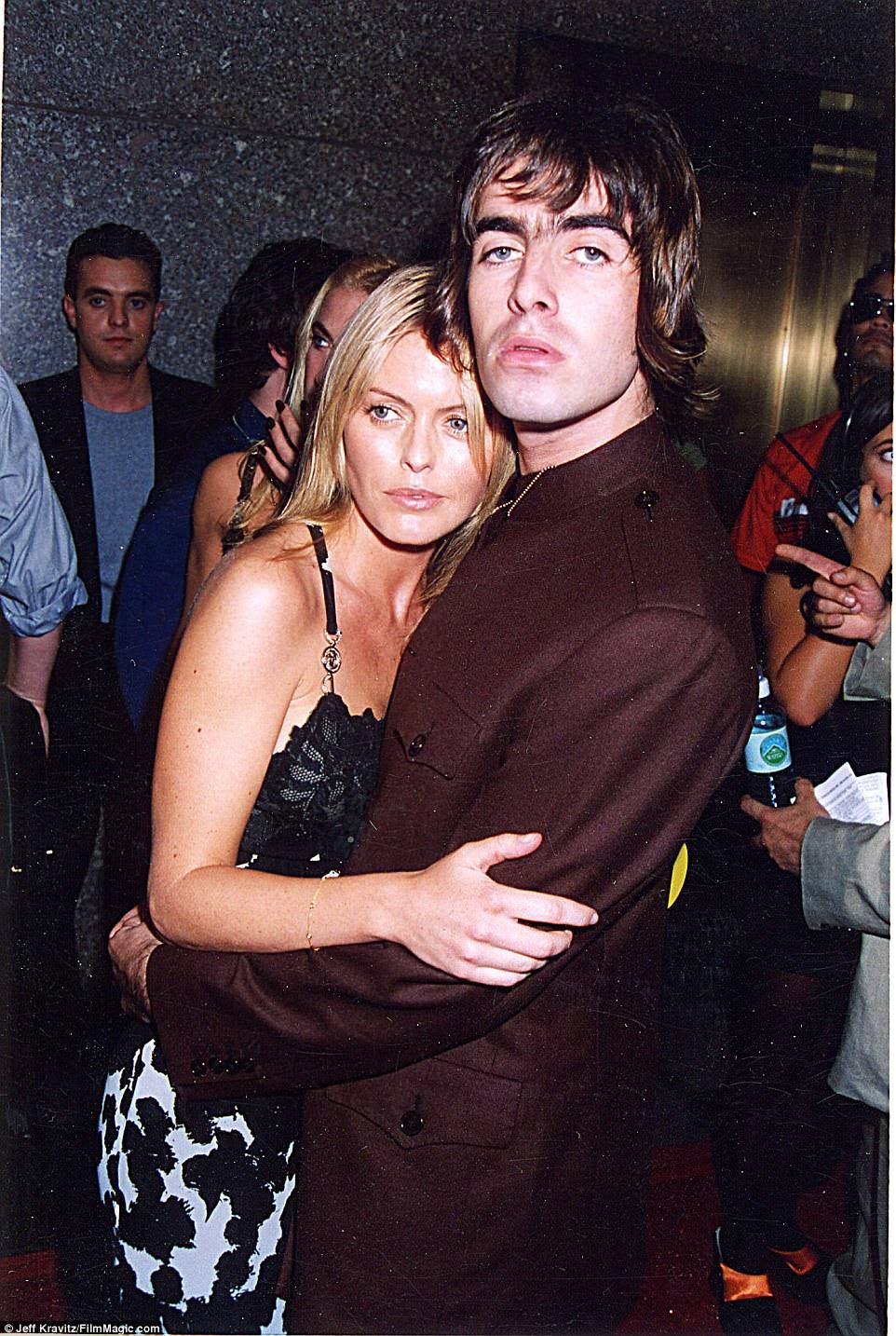Uma confusão: Lisa concebeu Molly apenas semanas depois de Gallagher casar com a primeira esposa Patsy Kensit (foto com o rocker em 1996) - Liam e ex Patsy compartilham o filho Lennon, de 17 anos