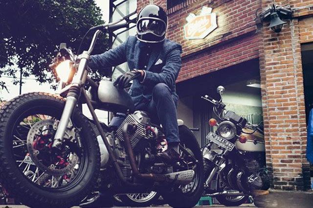 Penggila modifikasi khususnya Chopper tampaknya masih terkesima ketika Presiden Jokowi me Elders Garage: Pembuat Motor Jokowi Yang Awalnya Tukang Tambal Ban