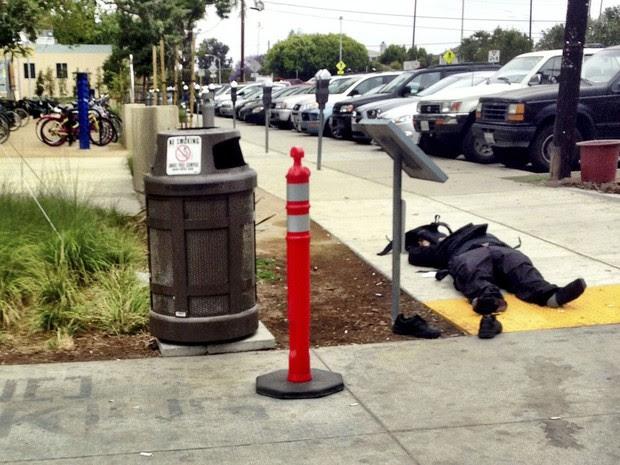 Corpo de homem suspeito de atirar em instituição de ensino em Santa Mônica, perto de Los Angeles (Foto: Daniel Kraft/Reuters)