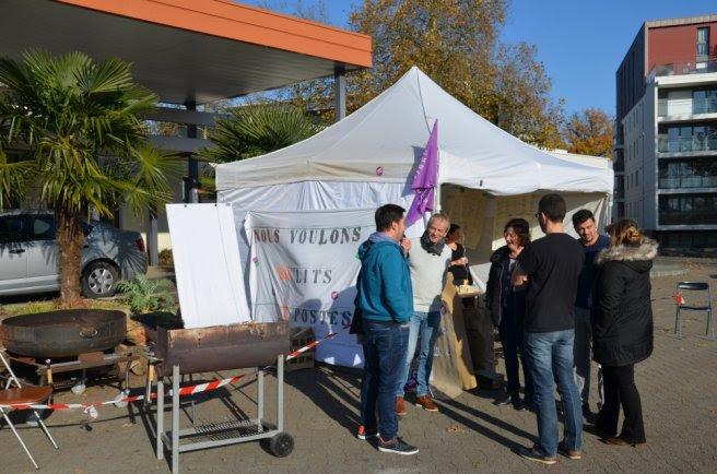 Les grévistes occupent une tente jour et nuit à l'entrée du centre hospitalier....