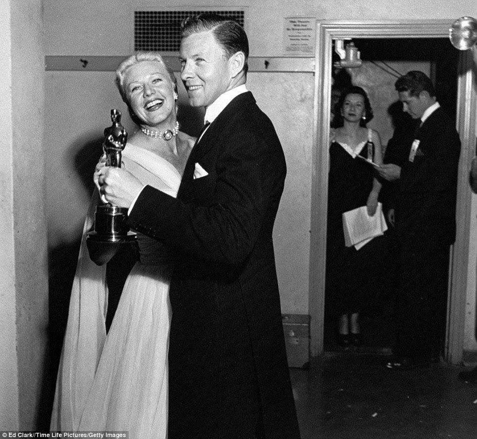Dançando com as estrelas reais: Ginger Rogers e George Murphy dar uma volta segurando o Oscar que eles apresentaram na cerimônia de premiação 22 em 1950