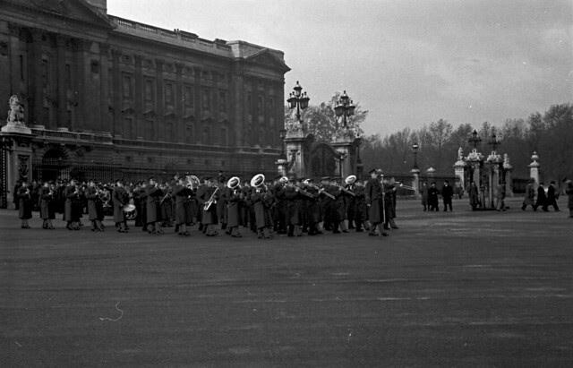 Buckingham Palace gates Band