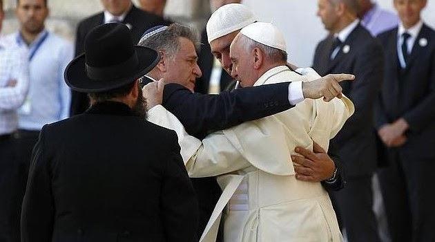 Pseudopapież Bergoglio brata się z zydami.