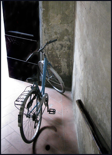 fiets in de gang by hans van egdom