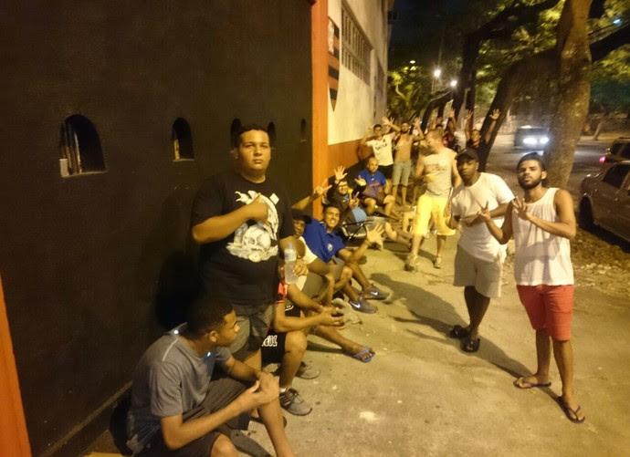 Rubro-negros fazem fila por ingressos na Gávea (Foto: Caio Filho)