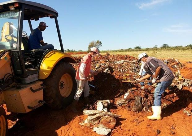 Voluntários ajudam a procurar corpo em aterro sanitário (Foto: Reprodução / TV TEM)