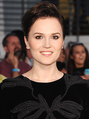 http://img2.timeinc.net/people/i/2014/news/140331/veronica-roth-300.jpg