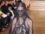 A transparência e o comprimento curto também se uniram nesse modelo do estilista Yiqing Yin Foto: Getty Images