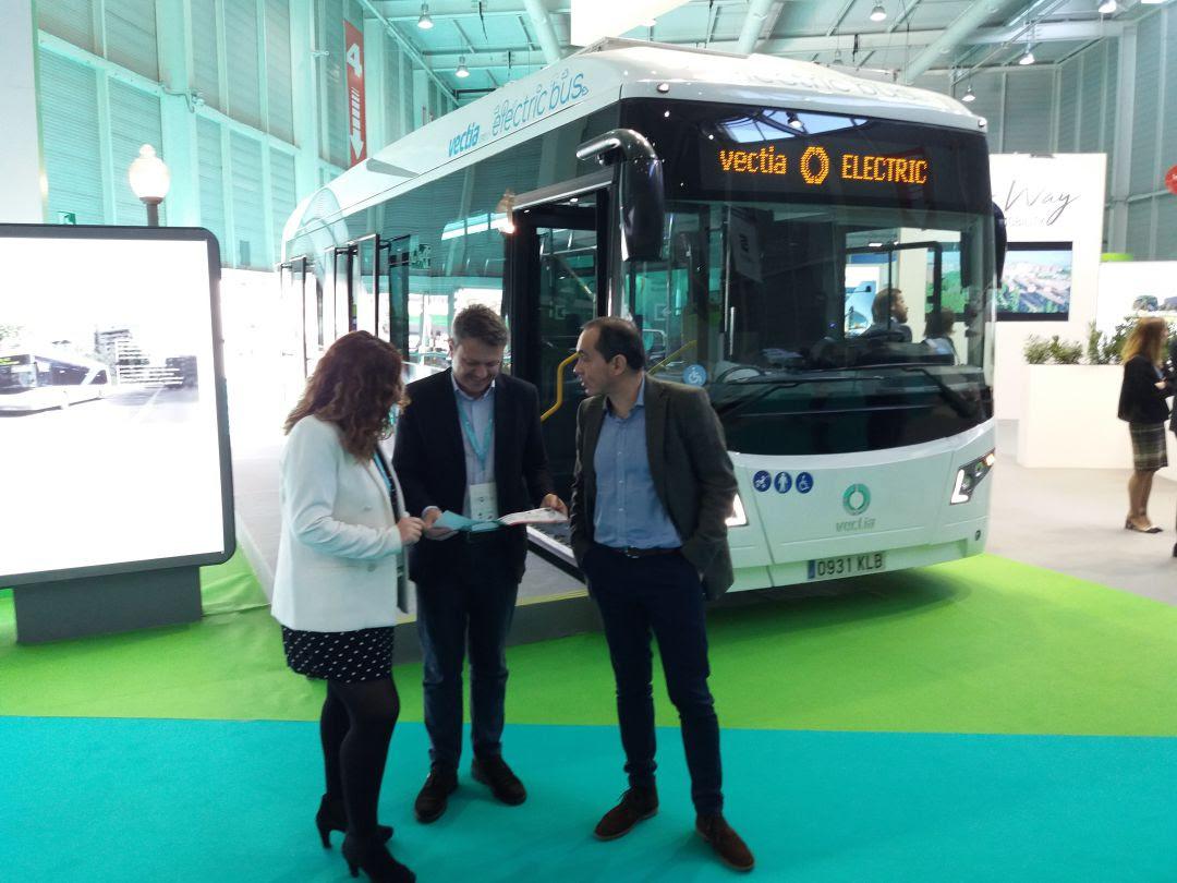 El alcalde, con los delegados Cristina Laborda y Miguel Ángel Páez, delante del modelo de autobús eléctrico que se implantará en la L-1 de Irunbus a partir del año que viene
