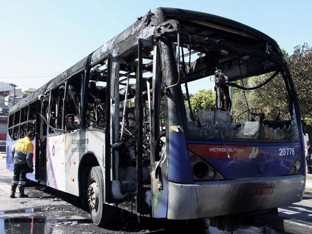 Coletivo foi destruído pelas chamas (Foto: Marcos Bezerra/Futura Press/Estadão Conteúdo)