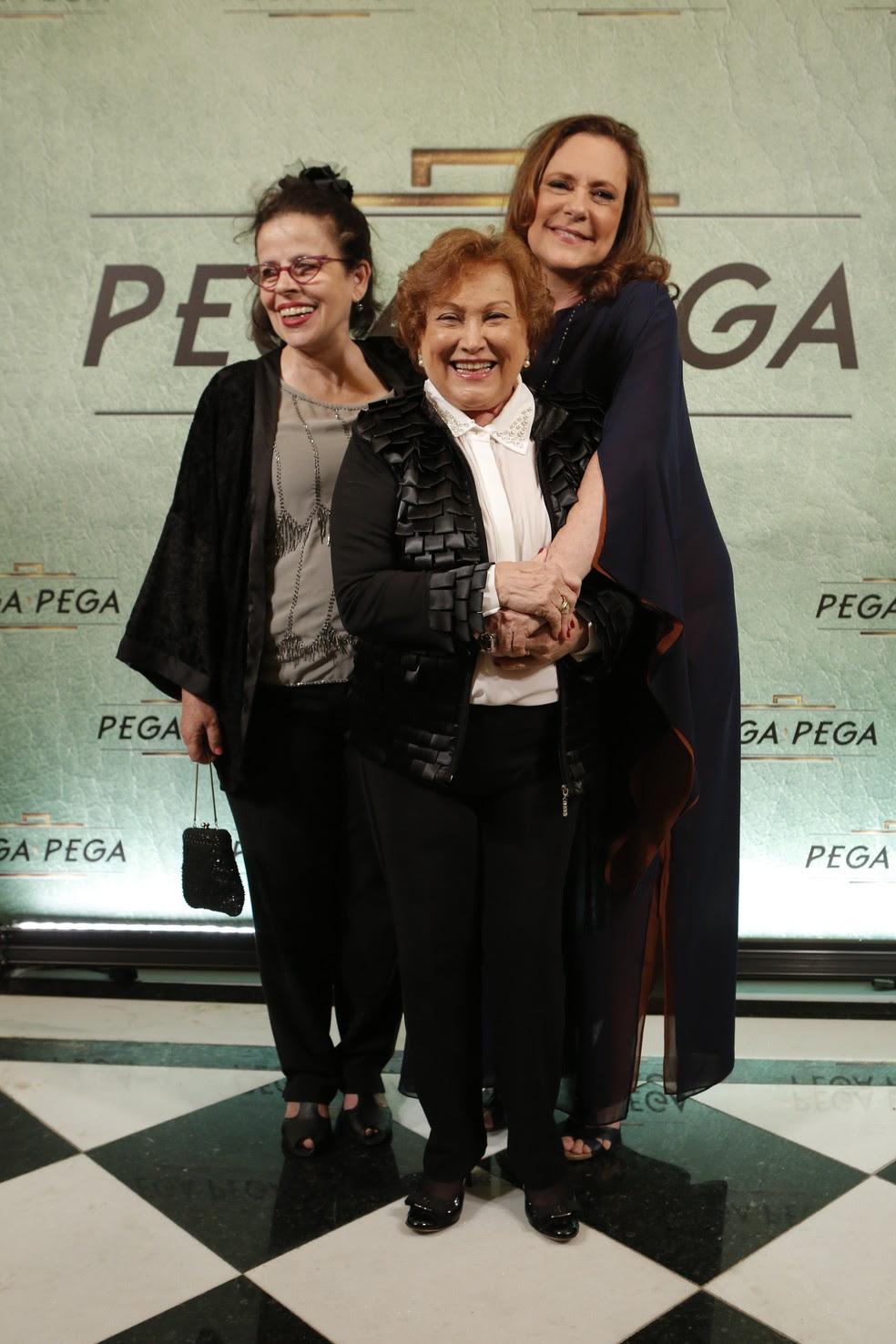 Cristina Pereira, Nicette Bruno e Elizabeth Savala posam para os fotógrafos (Foto: Felipe Monteiro/Gshow)