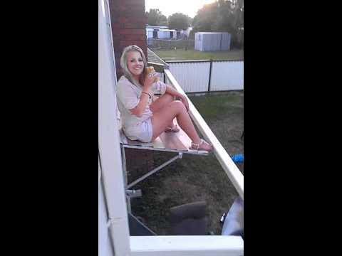 video que muestra como una chica se cae de un tejado