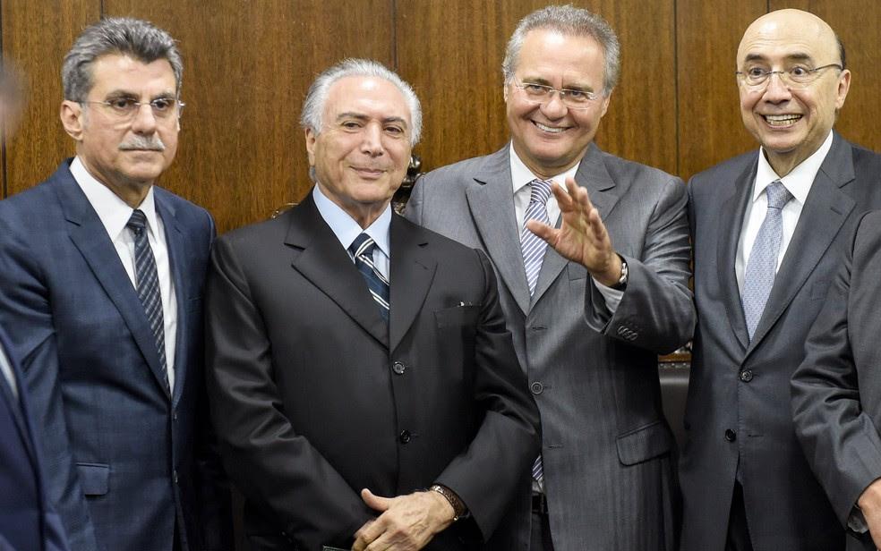 O senador Romero Jucá (esq), o presidente Michel Temer (centro), o senador Renan Calheiros (segundo da direita para a esquerda) e o ministro da Fazenda, Henrique Meirelles, em encontro em 2016 (Foto: Evaristo Sá/AFP)